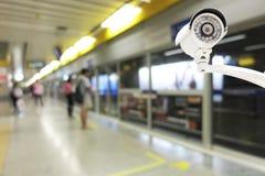 Télévision en circuit fermé sur la plate-forme de station de métro Images libres de droits
