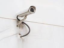 Télévision en circuit fermé sur le mur blanc Photographie stock
