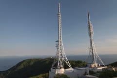 Télévision et antennes par radio sur le sommet Photographie stock libre de droits