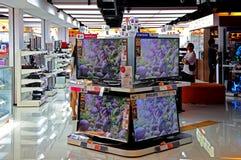 Télévisions d'affichage à cristaux liquides au magasin de l'électronique Photographie stock libre de droits