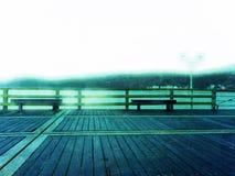 Télescope abandonné de bord de la mer à l'extrémité du pilier Brume d'automne sur la taupe en bois au-dessus de la mer dépression Photographie stock