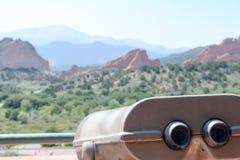 Télescope avec des roches et point de repère à l'arrière-plan photographie stock