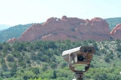 Télescope avec des roches et point de repère à l'arrière-plan photos stock