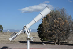 Télescope blanc à extérieur Photographie stock