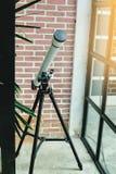 Télescope blanc avec le mur de briques images libres de droits