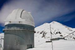 Télescope dans les montagnes neigeuses photos libres de droits