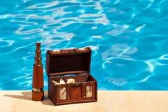 Télescope de piscine de coffre au trésor Photo stock