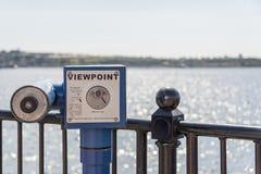 Télescope de point de vue donnant sur la baie de Cardiff Photo stock