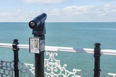 Télescope de point de vue sur Brighton Pier Palace images libres de droits