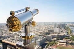 Télescope de touristes sur Tour Eiffel Paris Photos stock