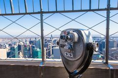 Télescope public dirigé sur des bâtiments de Manhattan Photographie stock