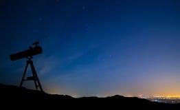 Télescope sous les étoiles Images stock