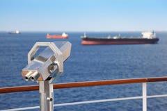 Télescope sur le paquet du bateau de croisière. Photo libre de droits