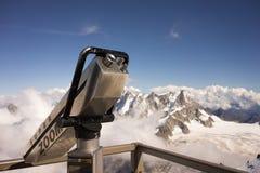 Télescope sur les montagnes alpines images stock
