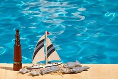 Télescopez, bateau et poissons bourrés par textile à côté de la piscine Images libres de droits