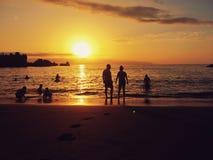 Ténérife, Espagne, août 2017 : Silhouettes de touristes de personnes sur la plage sablonneuse de littoral photo stock