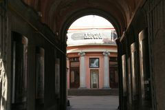 Término da rua com o cinema Avrora do arco e do vintage do centro histórico de St Petersburg no dia ensolarado Fotos de Stock Royalty Free