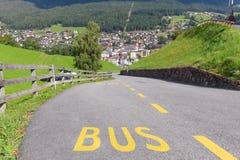 Término de autobuses en el camino de la montaña en el Tyrol del sur Fotos de archivo