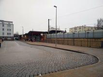 Término de autobuses grande en la ciudad fotos de archivo