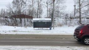 Término de autobuses vacío Los coches pasan, y el transporte no espera metrajes