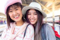 Têm a idade diferente As mulheres bonitas atrativas viajam sempre junto As mulheres bonitas de encantamento são melhor amigo e ap fotografia de stock