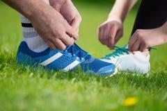 Tênis de corrida - close up de amarrar laços de sapata fotografia de stock