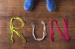 Tênis de corrida no assoalho Fotos de Stock Royalty Free