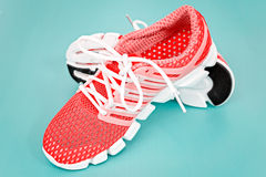 Tênis de corrida novo, sapatilha ou instrutor alaranjado e branco em vagabundos azuis Fotos de Stock