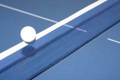Tênis e esfera de tabela Fotos de Stock