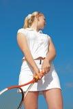 Tênis-jogador louro novo no outd sportwear branco Fotos de Stock Royalty Free