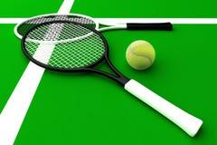 Tênis; raquetes; corte As raquetes de tênis e a bola de tênis são ficadas situadas no campo de tênis Foto de Stock Royalty Free