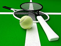 Tênis; raquetes; esfera; verde As raquetes de tênis e a bola de tênis são ficadas situadas no campo de tênis Foto de Stock