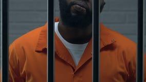 Tête afro-américaine sûre de la position de Mafia en cellule de prison, criminelle banque de vidéos