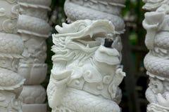 Tête chinoise de dragon découpée du marbre image stock