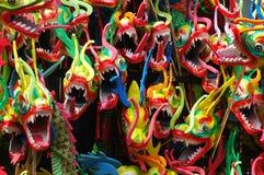 Tête colorée de dragon avec la langue de la flamme d'incendie Image libre de droits