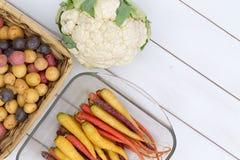 Tête crue de chou-fleur près des carottes et des pommes de terre Images libres de droits