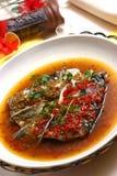 Tête cuite à la vapeur de poissons avec le poivre coupé Image libre de droits