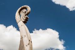 Tête découpée du ` s d'oiseau sur un bateau Viking Drakkar Photographie stock