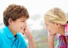 Tête d'adolescente et de garçon sur des mains Image libre de droits