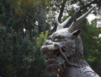 Tête d'une grande statue de dragon chinois images libres de droits