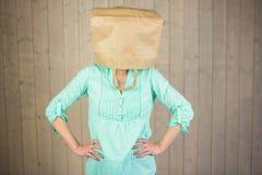 Tête de bâche de femme avec le sac de papier brun photo libre de droits