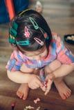 Tête de bébé avec beaucoup d'agrafes de cheveux Photos libres de droits