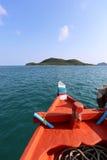 Tête de bateau en mer et de se diriger directement aux îles sur l'amende Image libre de droits