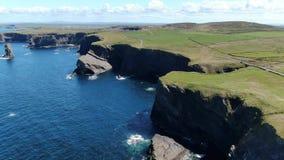 Tête de boucle au comté Clare en Irlande - longueur aérienne de bourdon clips vidéos