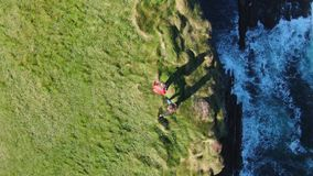 Tête de boucle au comté Clare en Irlande - longueur aérienne de bourdon banque de vidéos