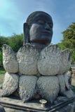 Tête de Bouddha et statue noires de lotus dans le temple contemporain thaïlandais i Photo libre de droits