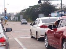 Tête de chien de briquet à la fenêtre de voiture respirant l'air frais Photographie stock