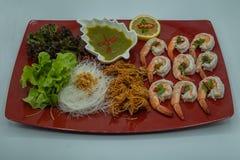 Tête de crevette et crevette frites croustillantes avec de la sauce épicée sur un plat rouge photo libre de droits