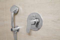 Tête de douche dans la fin de salle de bains  photo stock