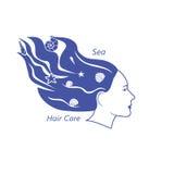 Tête de femme avec des coquilles de cheveux onduleux et de mer dans elle Photos libres de droits
